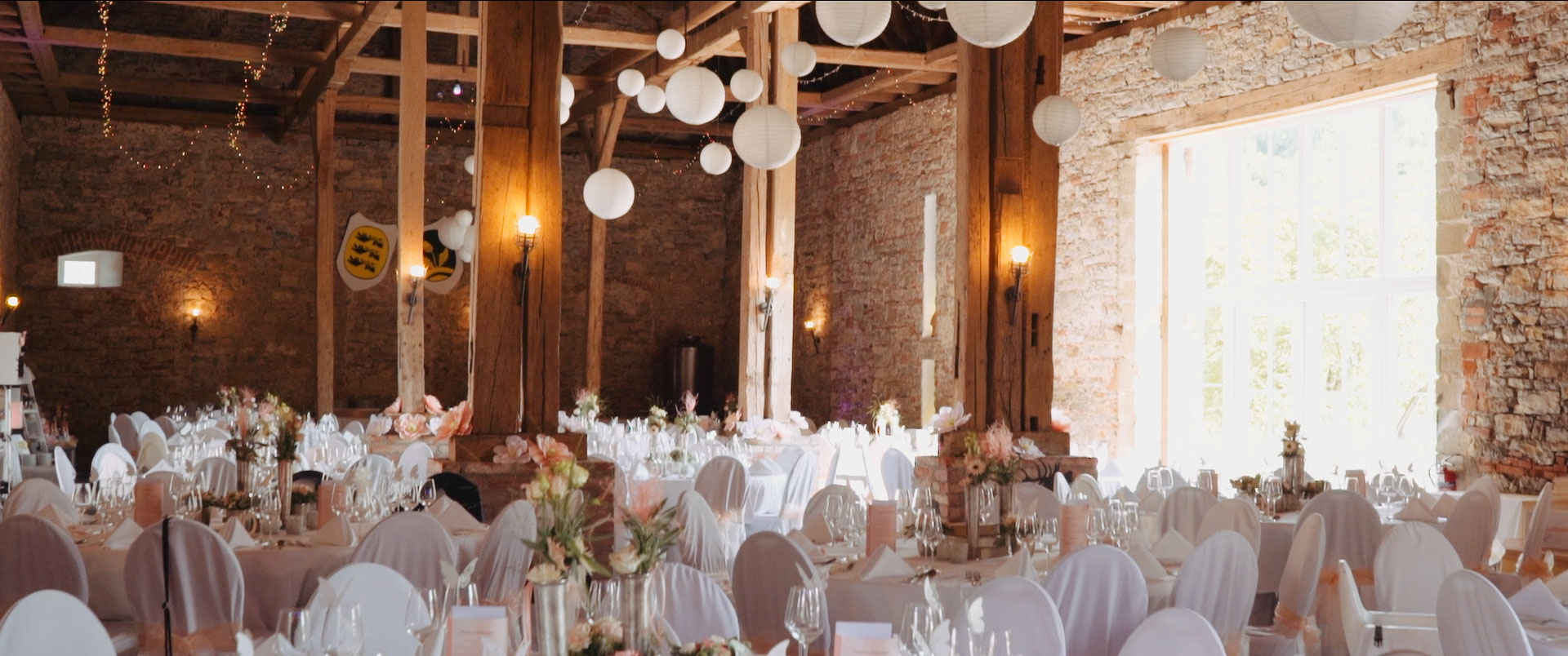 Hochzeitsfilm in Schloss Assumstadt Deko Scheune